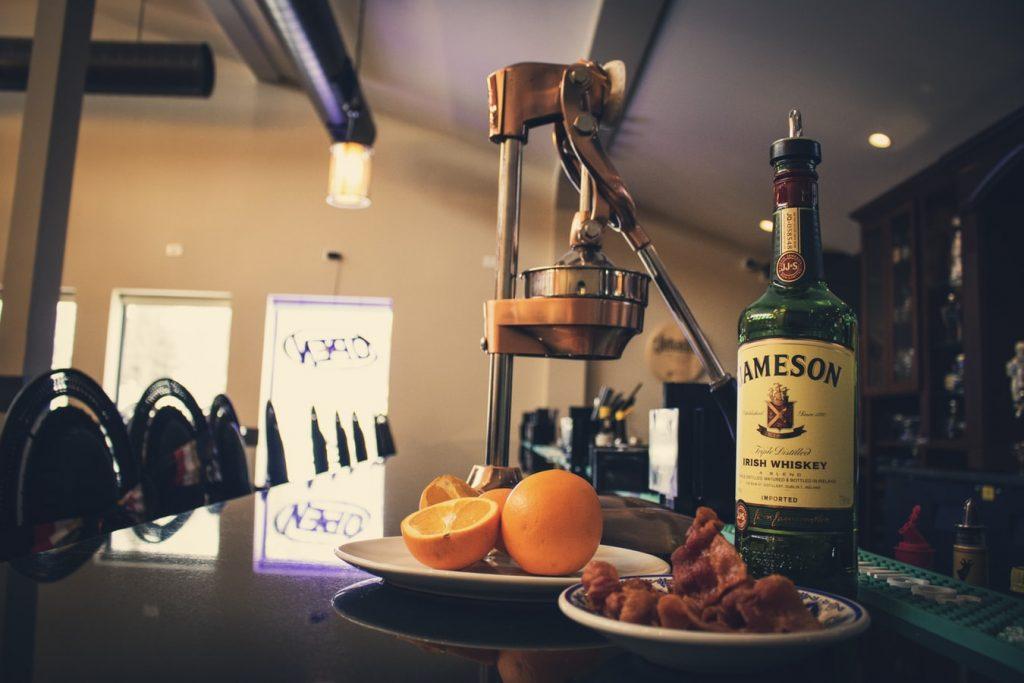 Bouteille de whisky irlandais Jameson posée sur le comptoir d'une distillerie