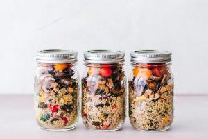 3 pots transparents avec salades maison préparées