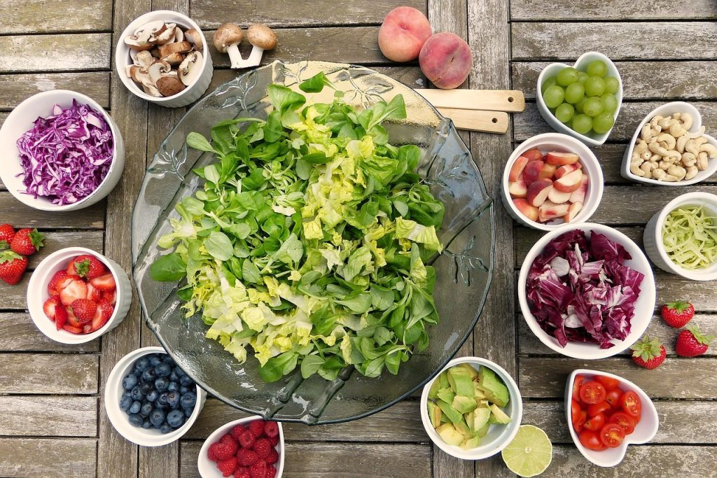salaider avec salade verte et ingrédients pour salade dans des petits contenants