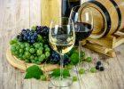 Verres de vin blanc et de vin rouge